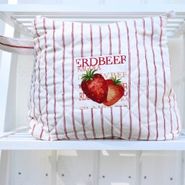 Necessär Strawberry med svensk lantlig design